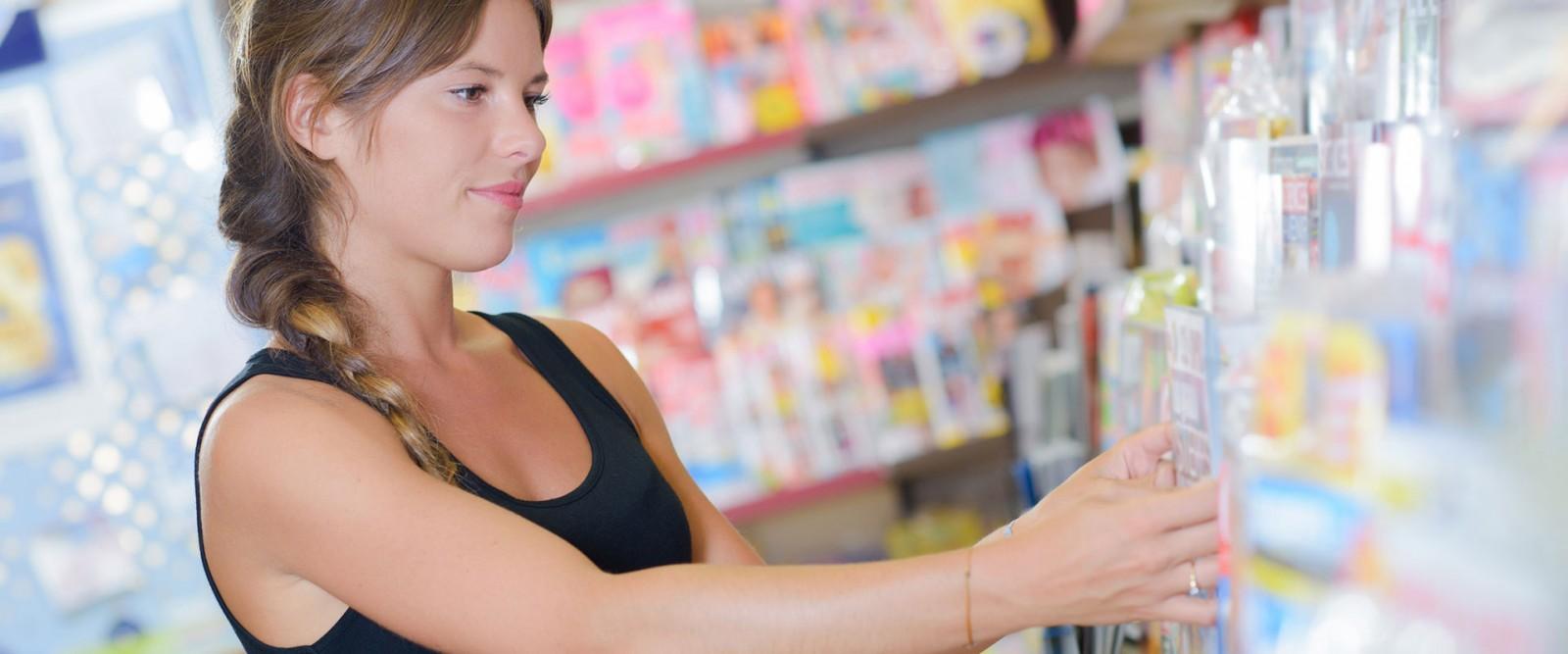 Frau vor Zeitschriftenregal mit riesiger Auswahl